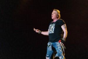 Guns N' Roses tukkanuottasilla Donald Trumpin kanssa – yhtyeen sivuilla myydään Trumpille päätä aukovia t-paitoja